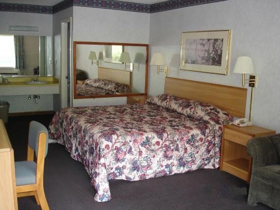 Budget Inn: King Room
