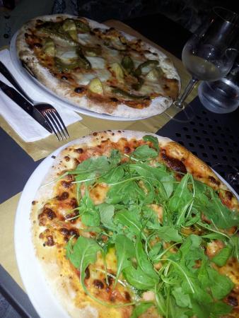 Amelia Pizzeria Ristorante : Pizza con salmone e rucola,e peperoni e carciofini con mozzarella bufala