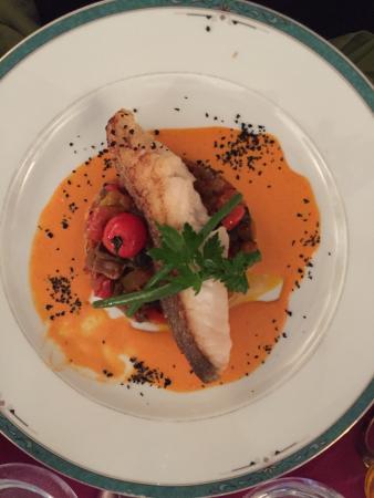 Cote Sens: Tartare de maquereau, tarte fine tomate avec sorbet de betterave, cabillaud sur lit de ratatouil