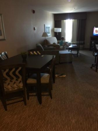 BEST WESTERN PLUS St. Rose Pkwy/Las Vegas South Hotel : Dining Area/Living Room w/ Sofa Bed