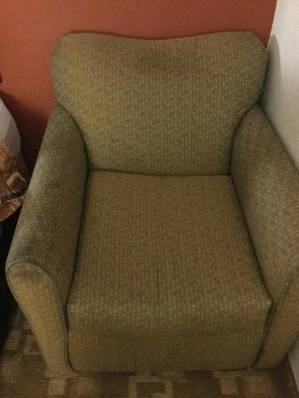 Days Inn Oklahoma City/Moore : a chair that should be dumped