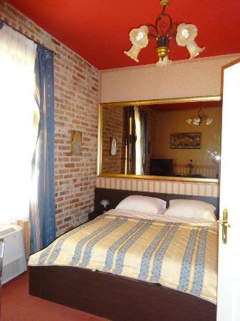 Hotel Dvorac Gjalski : Bedroom - design goes for lavish baroque desing