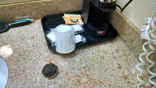 La Quinta Inn & Suites Hobbs: this is how the maid left this area after cleaning.