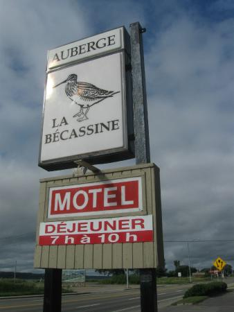 Auberge Motel La Becassine: Sign that you can see from the road