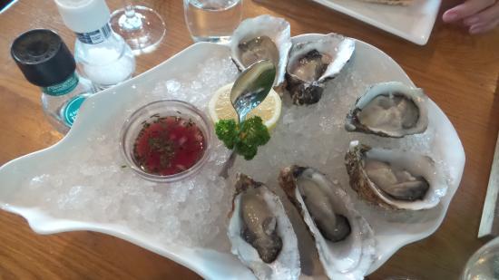 Restaurant de Dagvisser: Een starter van Bretonse zomeroesters, Murgain en Gillardeau met toebehoren.