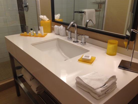 JW Marriott Los Angeles L.A. LIVE: Bathroom vanity