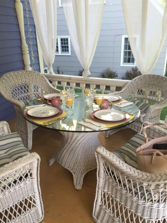 Historic Hutchinson House B&B: Breakfast on the porch