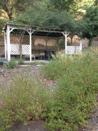 Black Rock Inn: Arbor with seating area