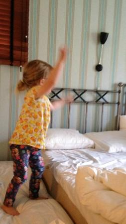Maude's Hotel Enskede: Child enjoying the room