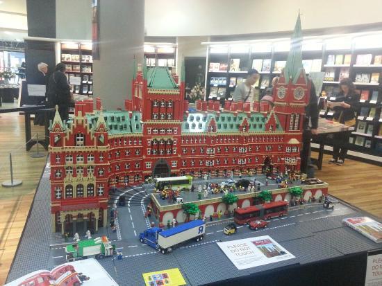 Waterstone's Booksellers Ltd: King's Cross Station feita de LEGO
