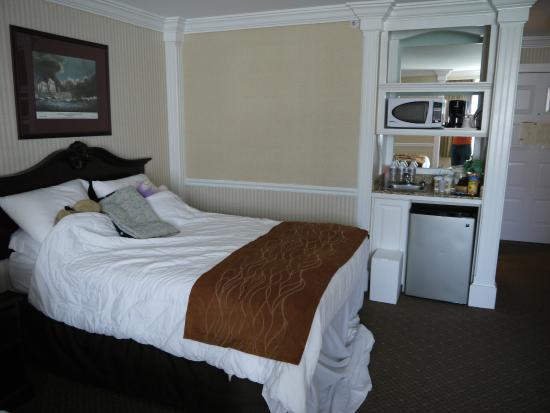 Comfort Inn & Suites: One of two double beds + kitchen area