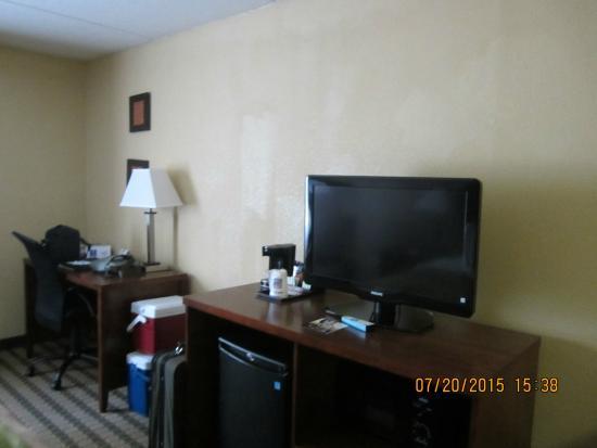 La Quinta Inn & Suites Charlottesville: TV and desk area