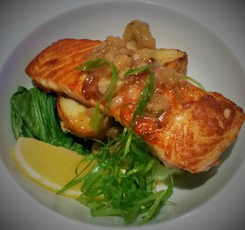 Advancetown, Αυστραλία: Salmon with Banana, Coriander and Macadamia Chutney