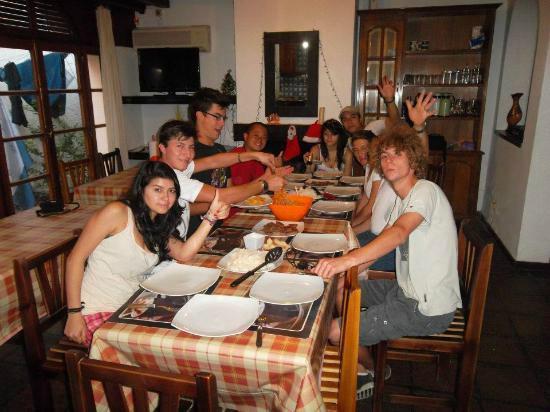 Hostel Montevideo Up : Comiendo en desayuno