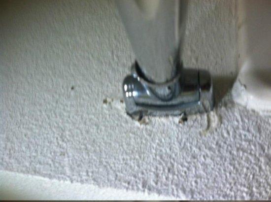 Red Roof Inn Victorville: Shower Rod Loose
