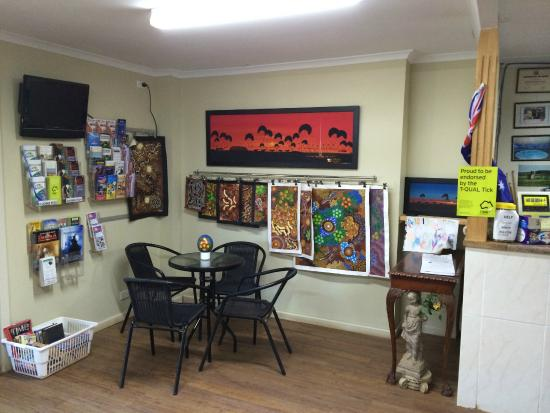 Oasis Coober Pedy Tourist Park: Local Art in Reception