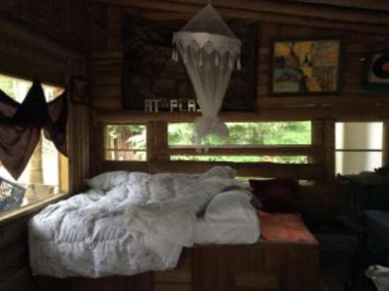 Savary Island, Kanada: Cozy Clean Bed with Fresh Linens and Feather Pillows