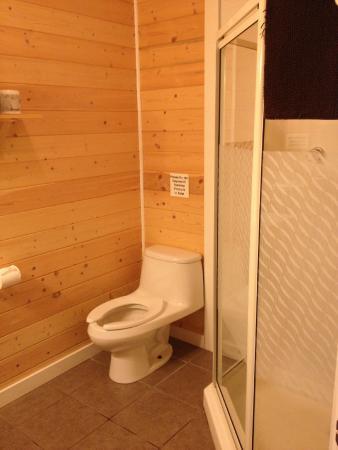 Barkley Sound Lodge : Clean bathroom