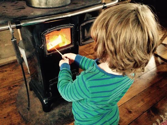 Butterleigh, UK: Toasting marshmallows on the stove.