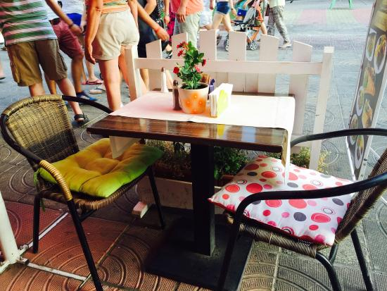 Amora: Spisested med bord for to og flere