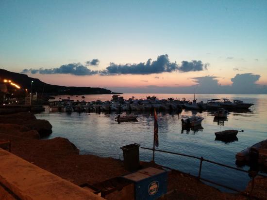 Ristorante Sirena di Sansica : splendida vista del porticciolo di Bonagia al tramonto (2/2)