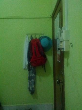 Pra-Tna Guesthouse : ВХодная дверь и вешалка