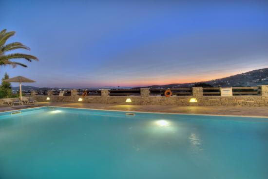 Pyrgaki Hotel: Swimming pool by night