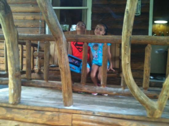 Josselyn's Getaway Log Cabins: Brookside's front porch