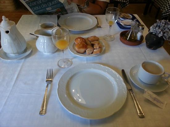Hostal La Panavera: Mesa del desayuno con las pastas y zumo