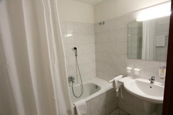 Landhotel Alte Fliegerschule: The bathroom