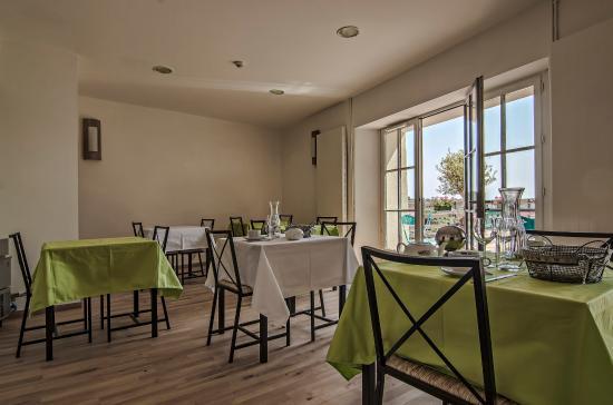 Saint-Michel-l'Observatoire, France : salle petit dejeuner de l'hôtel