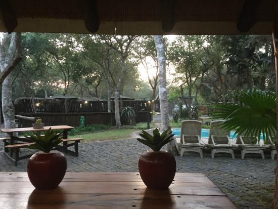 Ezulwini Game Lodge: Binnenplaats vanuit receptie en kamer