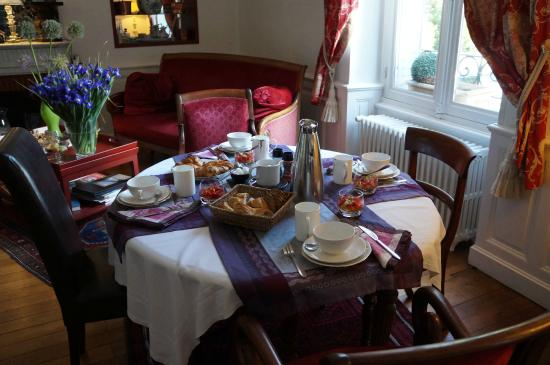 Les Jardins de Lois : Relaxing breakfast