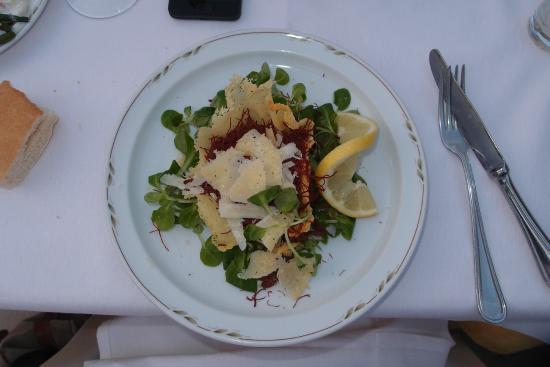 Albergo Ristorante La Meridiana: Pferdefleisch auf Vogerlsalat in Käse-Schüsselchen