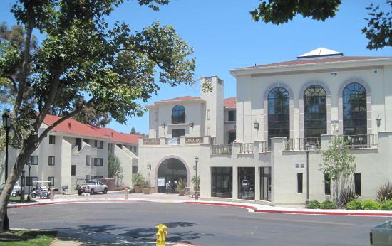 University of San Diego USD: Mission Crossroads é o local que dá acesso aos dormitórios dos estudantes da USD