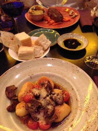 Restaurant & Bar Filini: Steak mit Gemüse (hinten),  Kartoffel Gnocchi mit Steak überbacken (vorne) - lecker