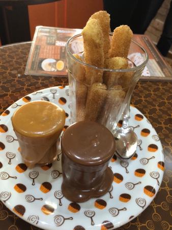 Benedito Brigadeiro Doces Artesanais: Maravilhoso! Amei os churros mas este pequeno café charmoso também tem brigadeiros e bolos em co