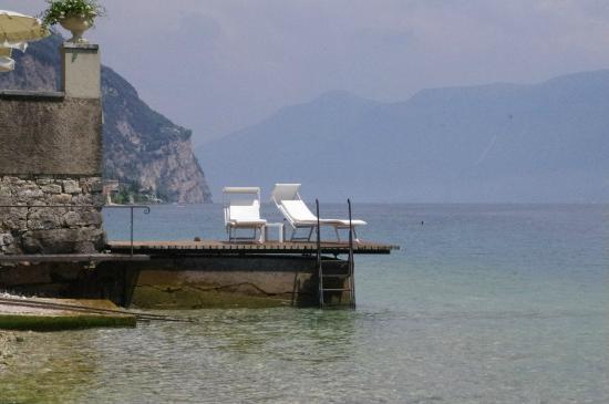Hotel Villa Giulia: kleiner Steinstrand mit Steg