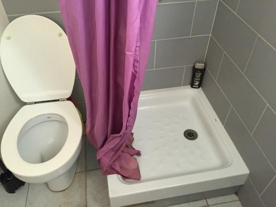 Plaza Catalunya Hostel: The curtain didn't prevent the water from flooding the floor after each shower use