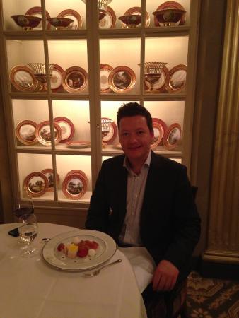 Restaurant Sevres: Tisch vor der Porzellansammlung