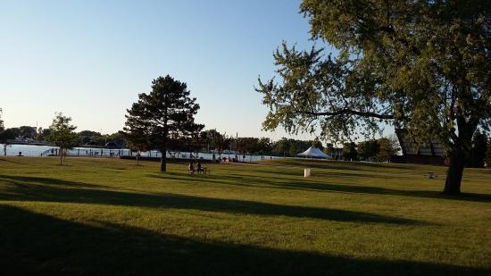 Bay City, MI: parc en face l hotel