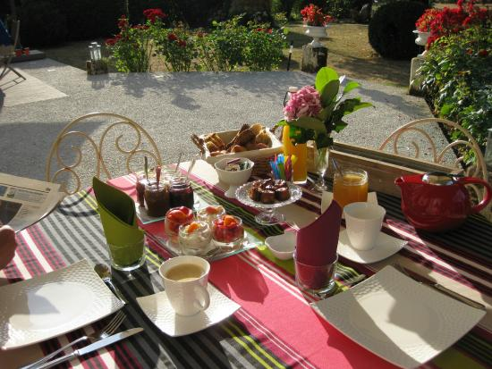 Gauriac, Francia: Jolie table de petit déjeuner