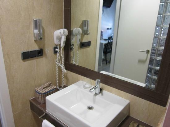 Hotel LB Villa de Cuenca: vista parcial cuarto de baño