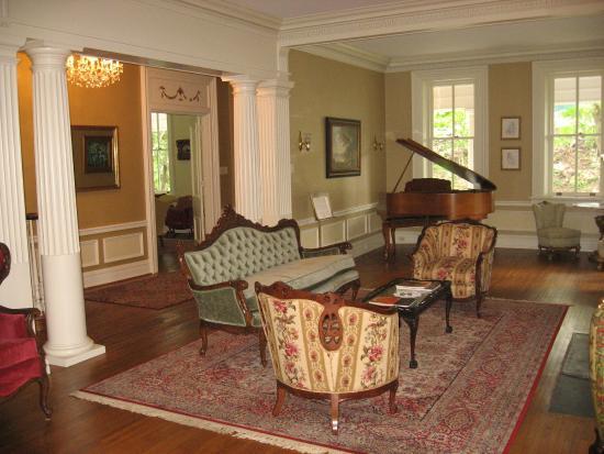 The Hollinger House Bed U0026 Breakfast: Living Room Toward Front Door. Part 58