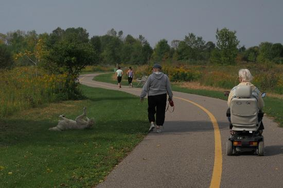 Oshawa, Kanada: This portion along the lakeshore is well paved and accessible.