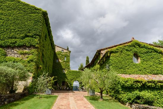 Borgo di Bastia Creti : The stunning courtyard, perfect for a wedding venue