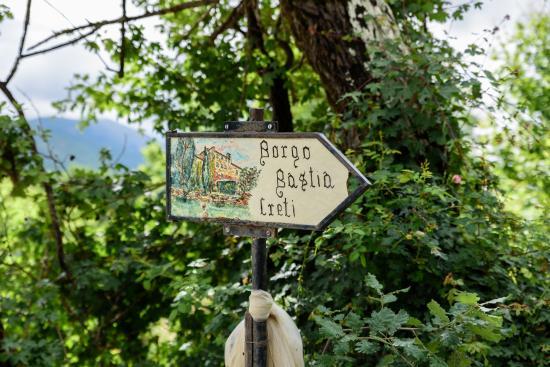 Borgo di Bastia Creti : Sign leading to the Borgo from the road