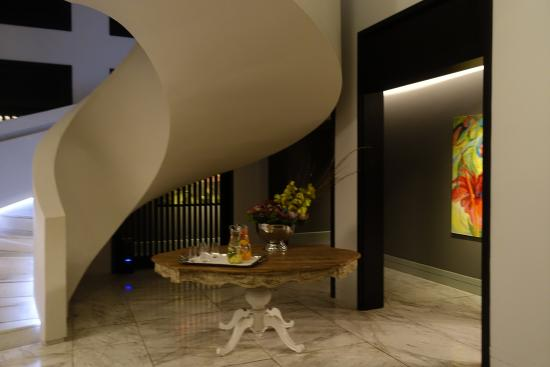 Dash Restaurant & Bar: Amazing decor in the Queen Victoria Hotel