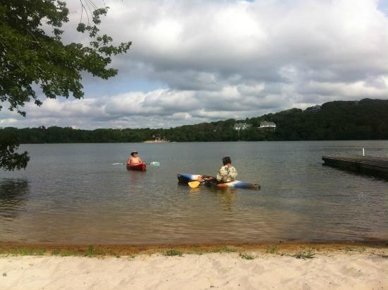 Scargo Manor Bed and Breakfast: Kayaking on the lake