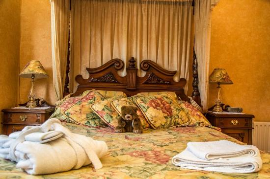 Cambridge Villa Hotel: Double room with four poster bed